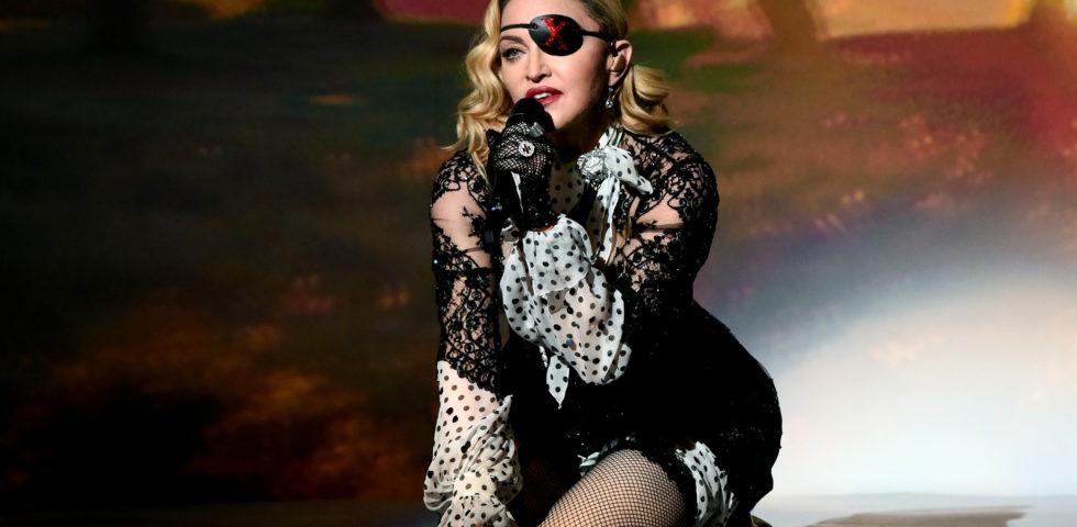 Madonna in lacrime: cade sul palco e cancella il concerto di Parigi