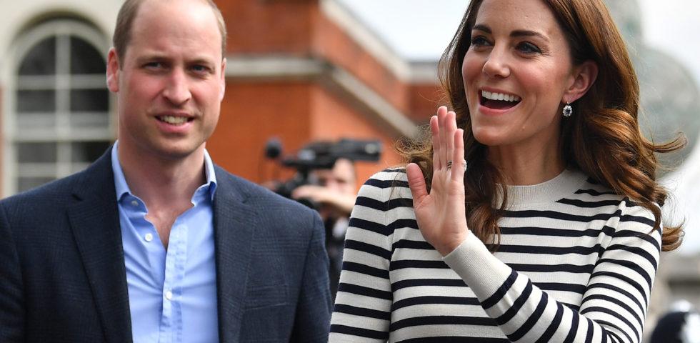 Kate Middleton: look navy con gli orecchini di Diana