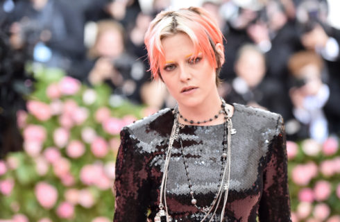 Il look di Kristen Stewart al Met Gala 2019 è un omaggio a David Bowie