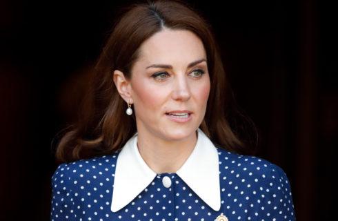 Kate Middleton infrange il protocollo mostrando le gambe