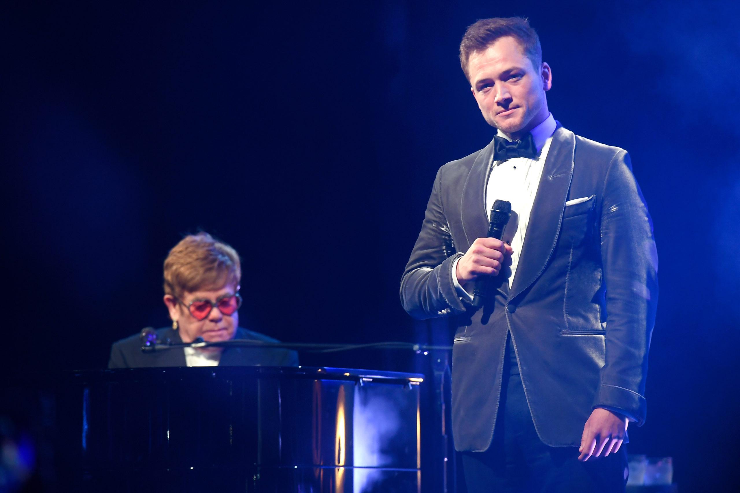 Elton John e Taron Egerton cantano Rocketman