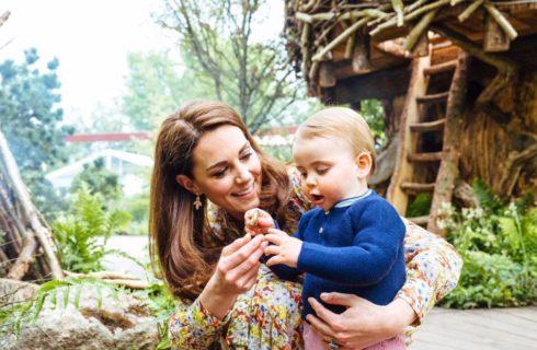 George, Charlotte e Louis felici (a piedi nudi) nel giardino di mamma Kate Middleton