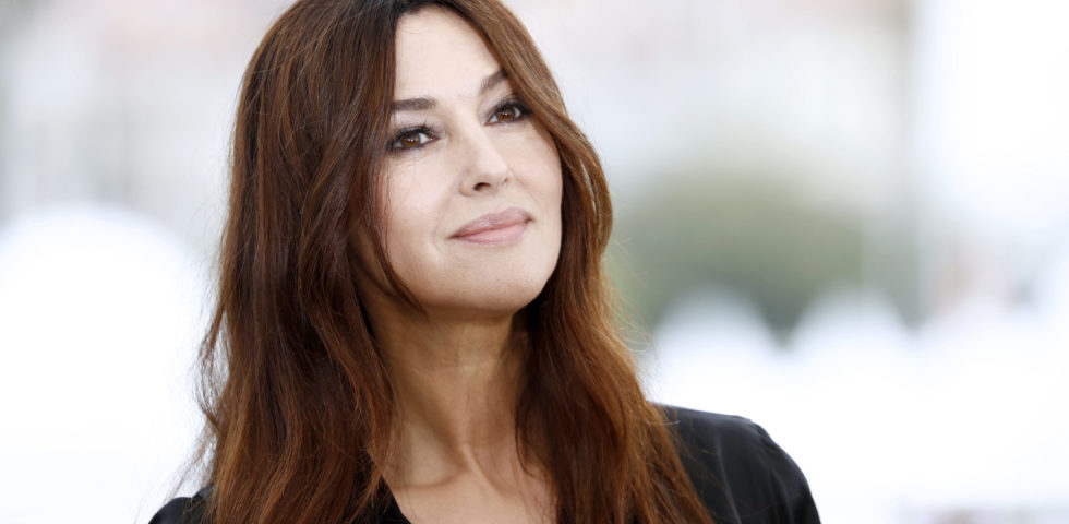 Monica Bellucci total black per la mostra di Louboutin alla Paris Fashion Week 2020
