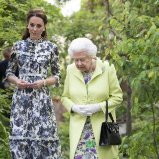 Kate bacia la Regina ma agli inglesi il gesto non piace