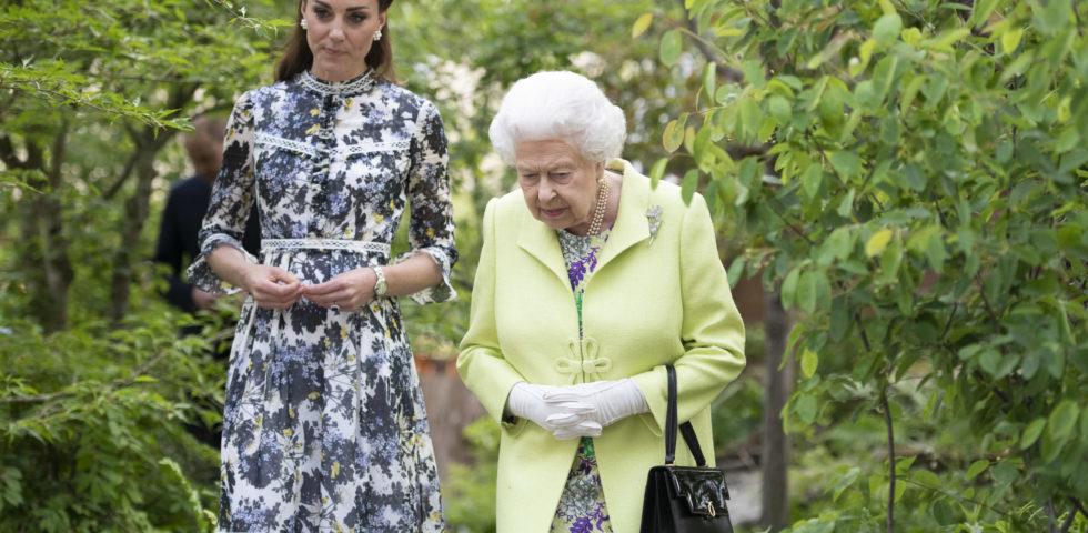 Kate Middleton bacia la Regina Elisabetta e infrange il protocollo
