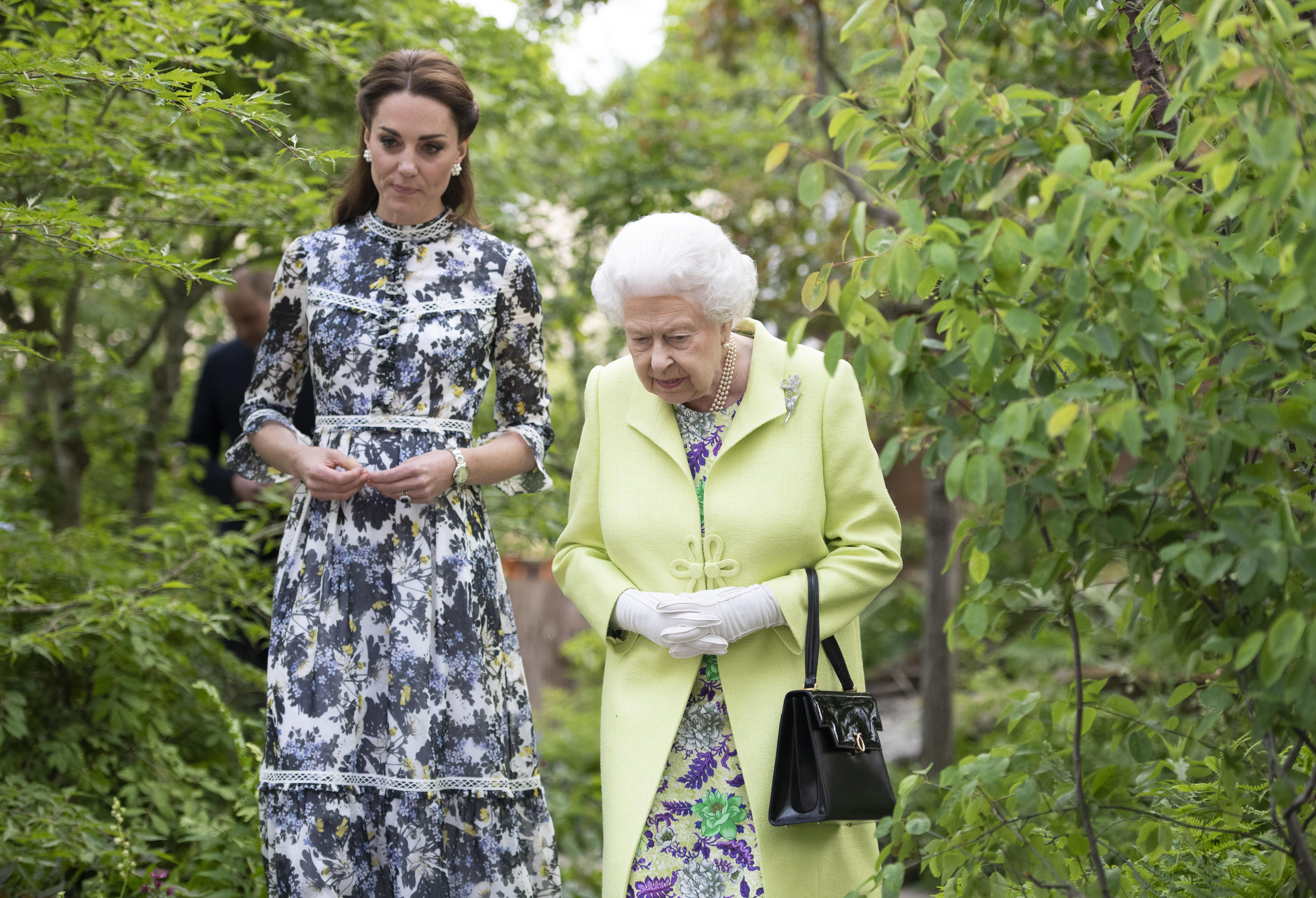 Kate saluta la Regina con un bacio