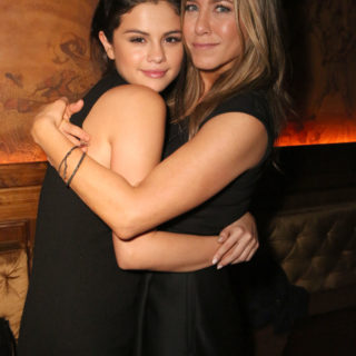 Selena Gomez copia l'iconico look di Jennifer Aniston