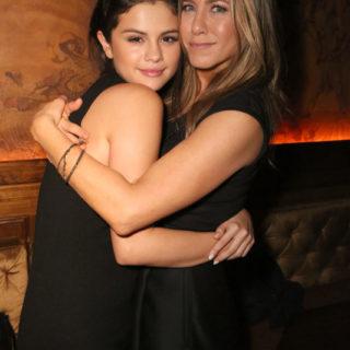 Selena Gomez copia l'iconico look di Jennifer Aniston