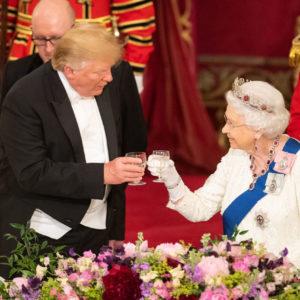 La storia della stupefacente tiara indossata dalla Regina
