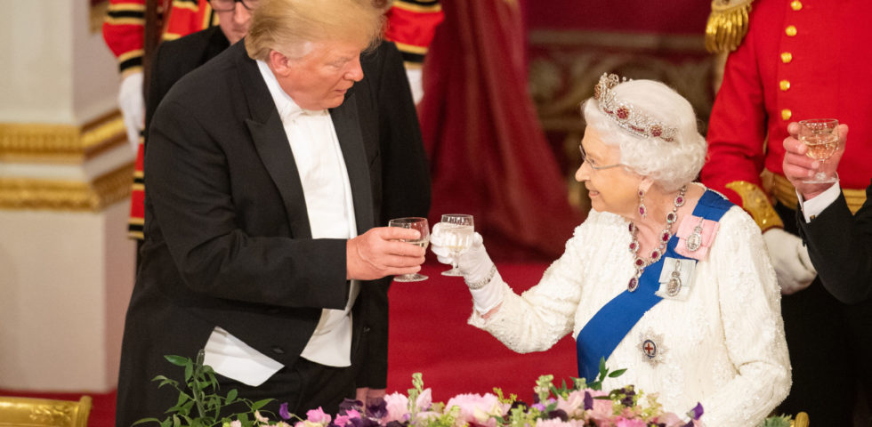 La Regina Elisabetta riceve Trump con la tiara disegnata da lei stessa