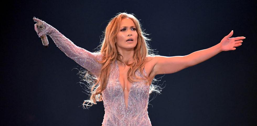Jennifer Lopez duetta sul palco con la figlia Emme