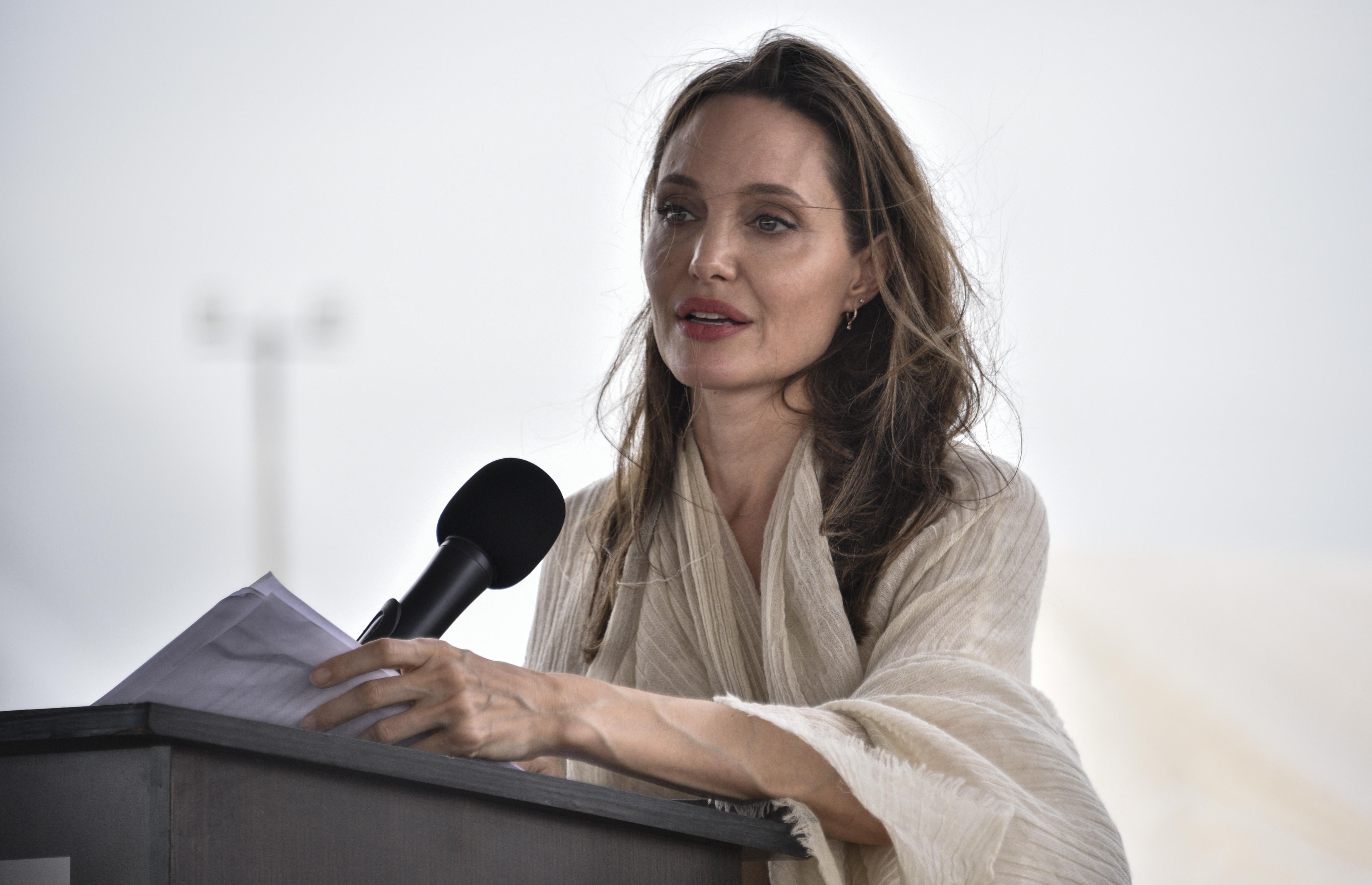 Angelina Jolie smunta per i fan