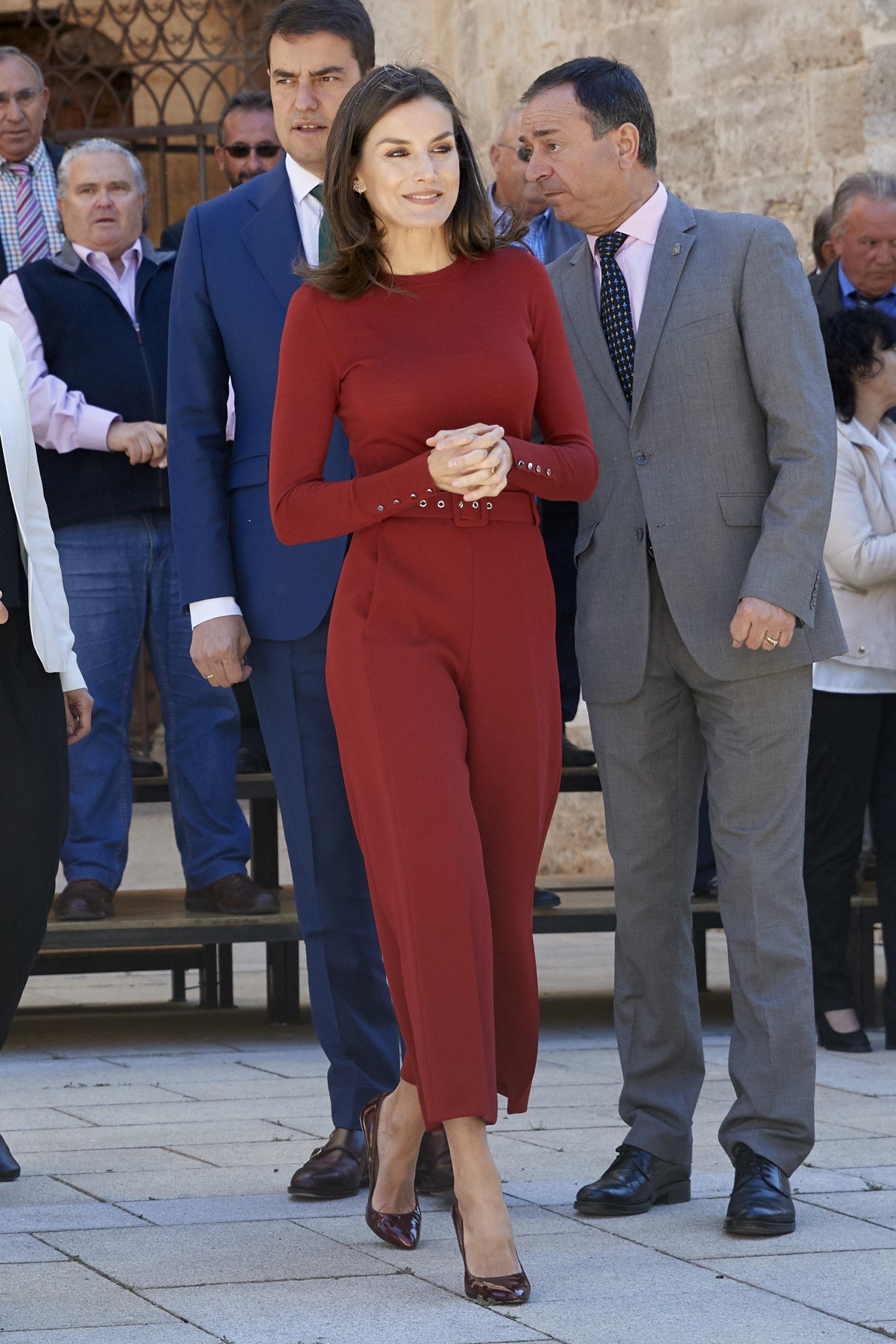 Letizia in rosso per la Spagna rurale