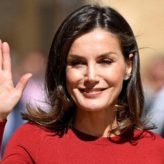 Letizia Ortiz, completo pantalone rosso per la Regina