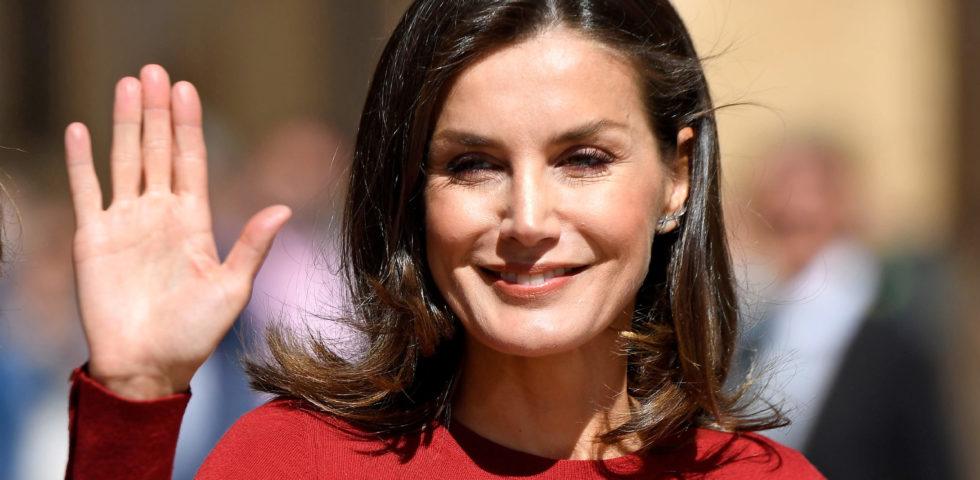 Letizia Ortiz, completo pantalone rosso per la Regina di Spagna