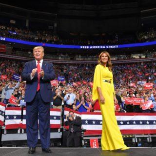 Melania Trump: il messaggio segreto della jumpsuit gialla