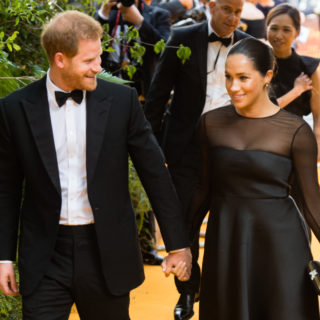 Meghan: l'abbraccio con Beyoncé sul red carpet del Re Leone