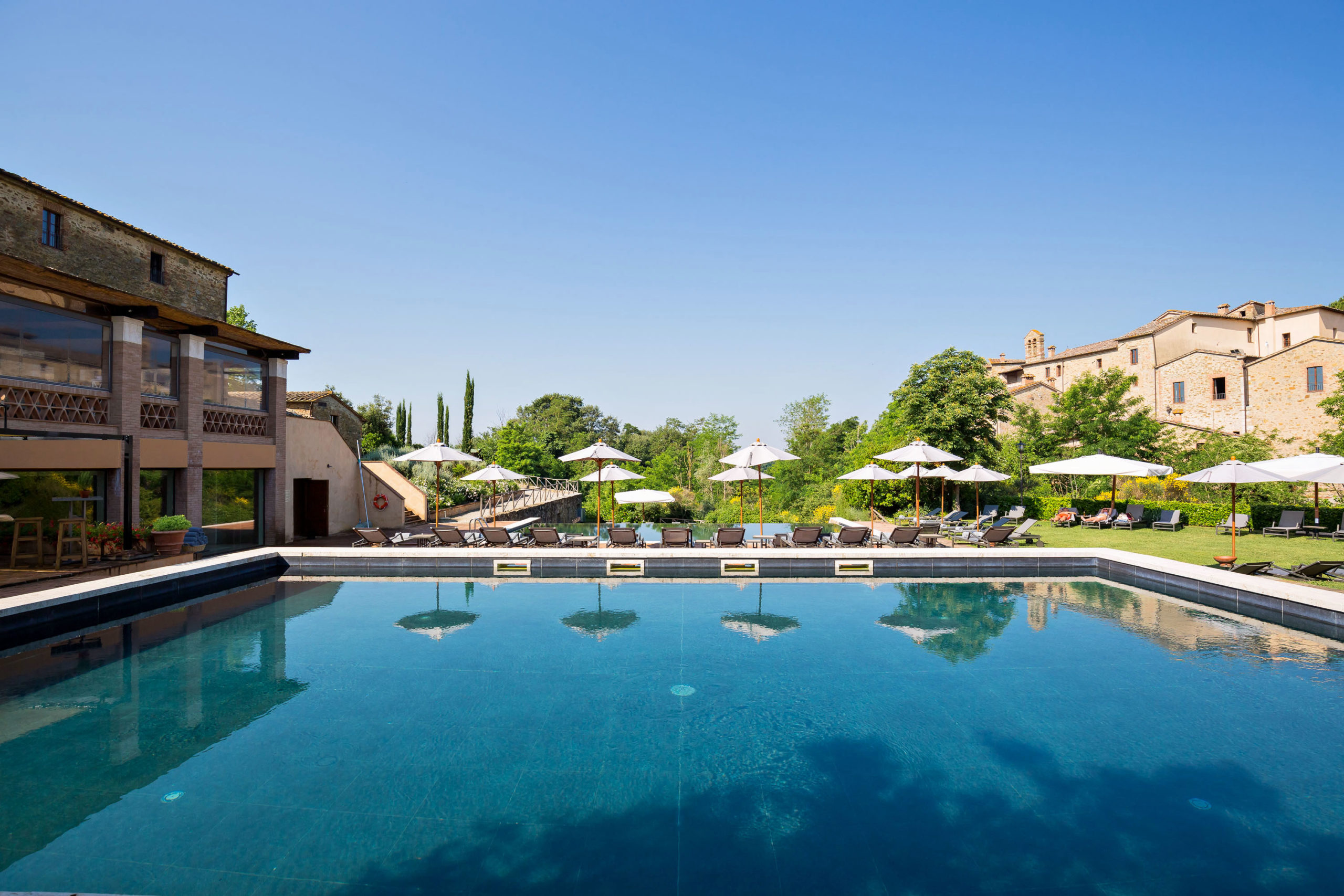 La piscina esterna di Castel Monastero