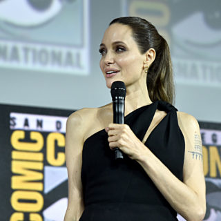 Angelina Jolie supereroina Marvel nel film Eternals