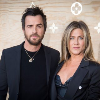Jennifer Aniston e l'ex marito Theroux uniti nel lutto