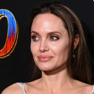 Angelina Jolie tra shopping e sorrisi