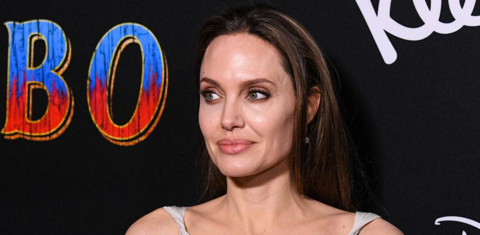 Angelina Jolie torna a sorridere: shopping con la figlia Vivienne (foto)