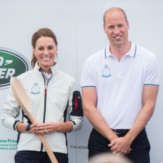 Kate e William in barca a vela con George e Charlotte