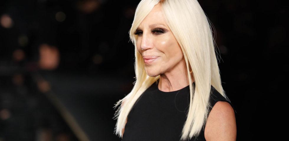 Donatella Versace si scusa per la t-shirt su Hong Kong che ha offeso la Cina