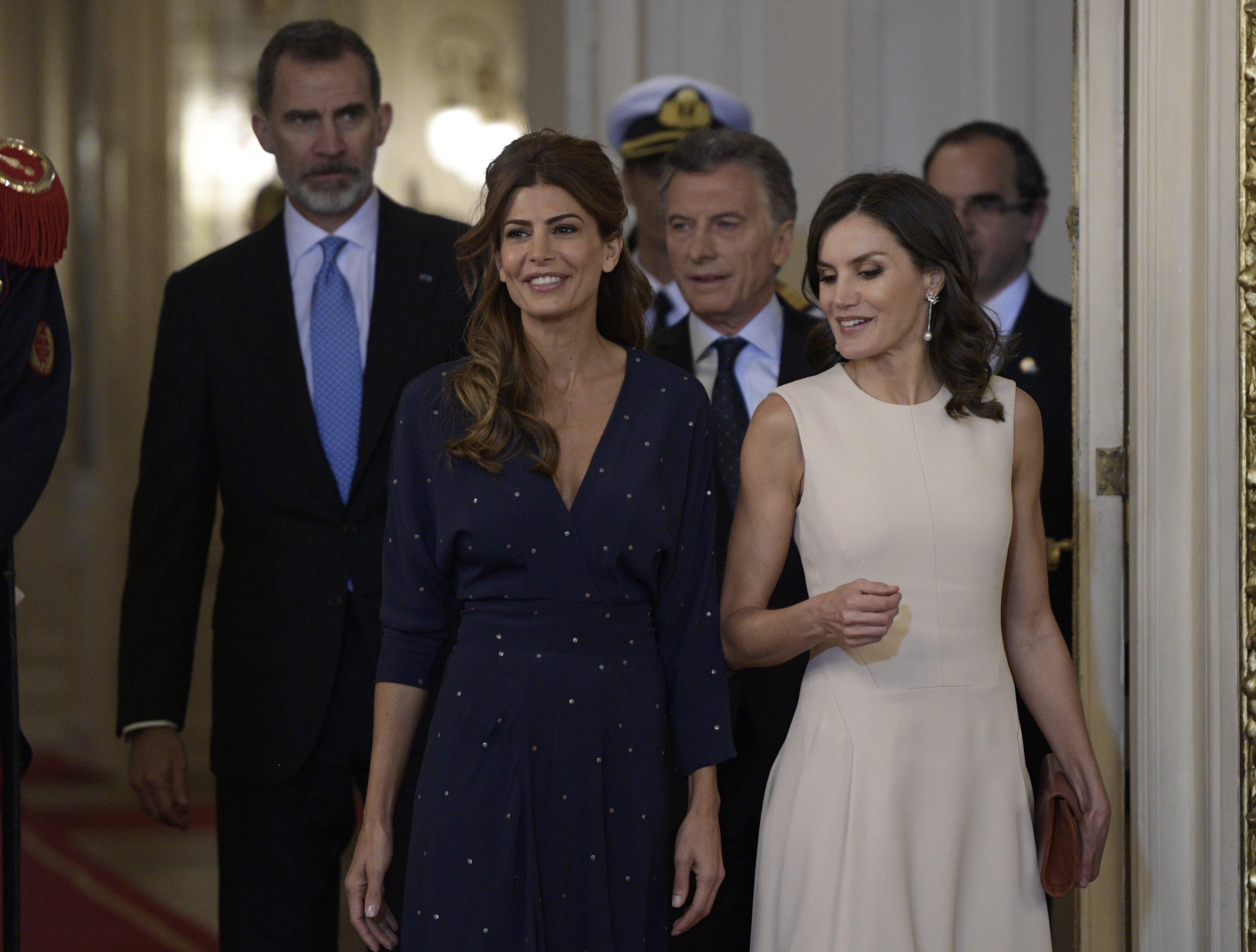 La Regina Letizia osa nel look