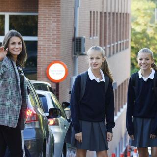 Letizia in sneakers il primo giorno di scuola delle figlie