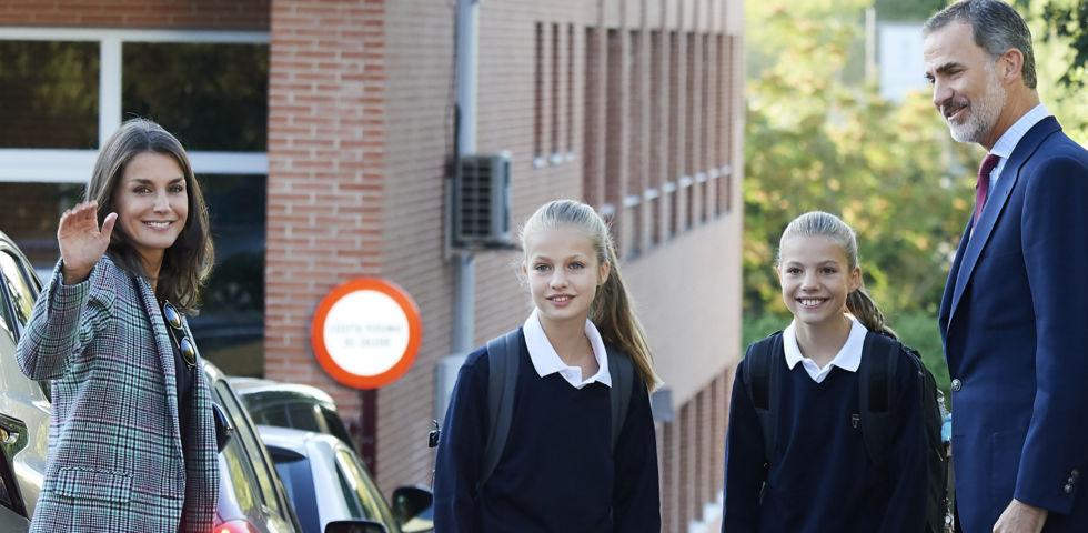 Letizia Ortiz in sneakers per il primo giorno di scuola di Leonor e Sofia