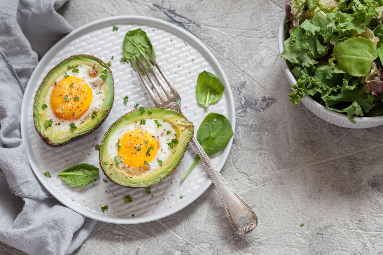 Avocado con uovo al forno