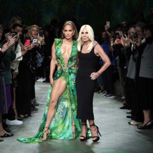 JLo in passerella da Versace con il mitico Jungle Dress