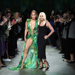 JLo in passerella da Versace con il mitico Jungle Dress
