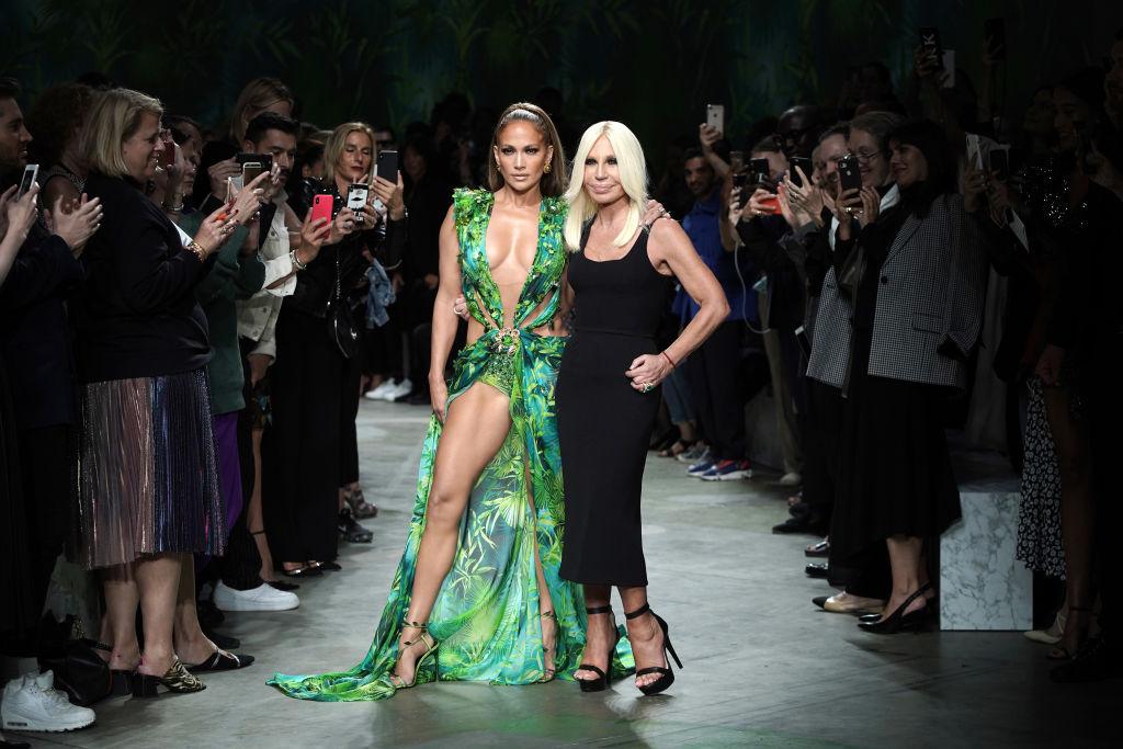 Jennifer Lopez e Donatella Versace alla sfilata Primavera-Estate 2020