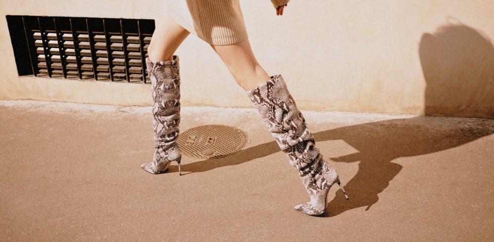 Gli stivali pitonati di tendenza dell'inverno 2020