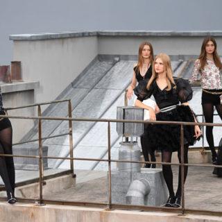 La primavera Chanel tra i tetti di Parigi