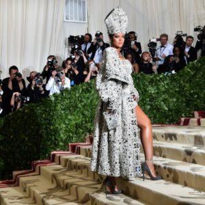 Rihanna disegnerà suo abito da sposa con Galliano