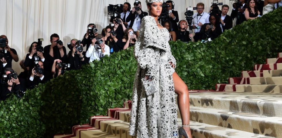 Rihanna disegnerà il suo vestito da sposa con John Galliano