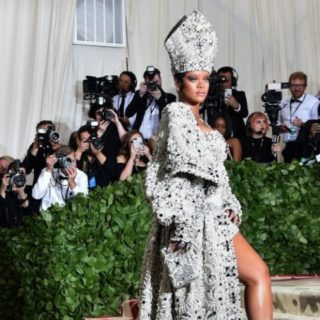 Rihanna lancia un nuovo mascara con la linea Fenty Beauty