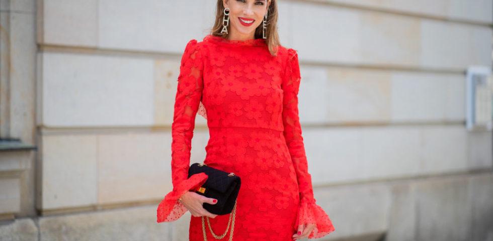 Vestito rosso: come abbinarlo con scarpe e trucco