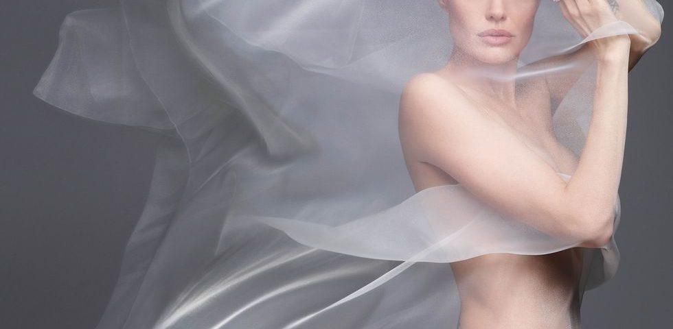 Angelina Jolie posa nuda e sogna di vivere all'estero (ma Brad Pitt non vuole)
