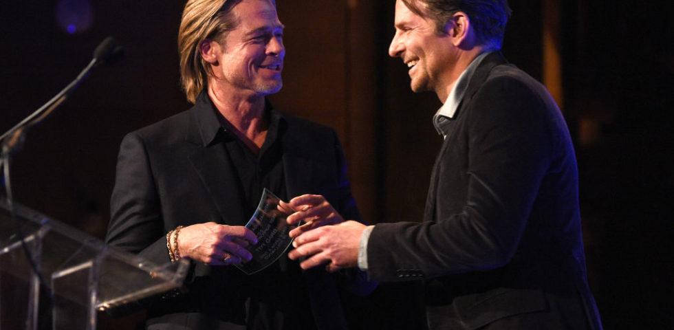 Bradley Cooper premia Brad Pitt: l'abbraccio dei due amici