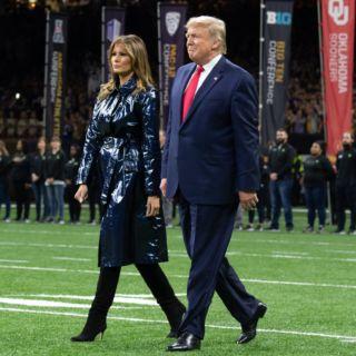Melania Trump e il trench metallizzato dall'anno