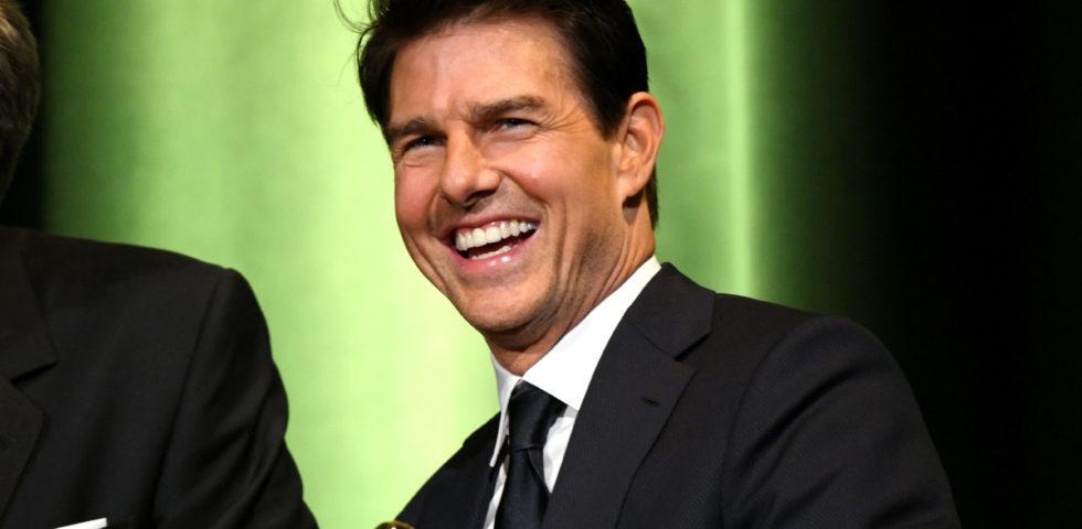 Tom Cruise regala lezioni di volo al compagno di set Glen Powell