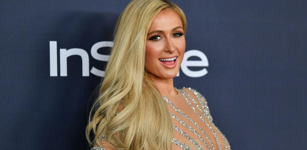 Paris Hilton lancia la sua ironica rubirca di cucina: polemiche sul web