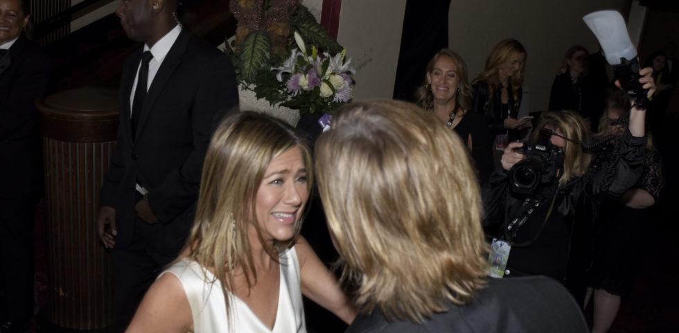 Brad Pitt e Jennifer Aniston: le foto del bacio e dell'abbraccio