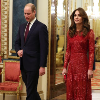 Kate Middleton total red per le prove da Regina