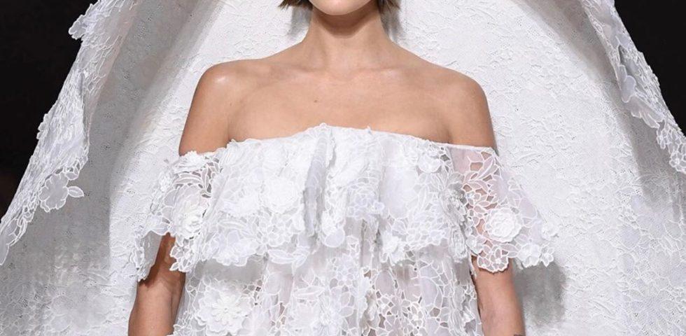 Kaia Gerber con l'abito da sposa in passerella per Givenchy