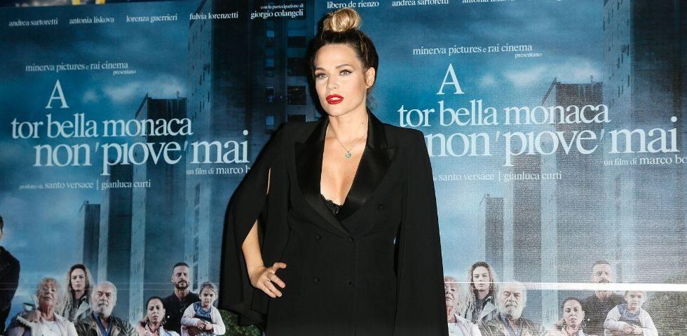 Laura Chiatti hot al biliardino, orgogliosa e felice per il seno rifatto